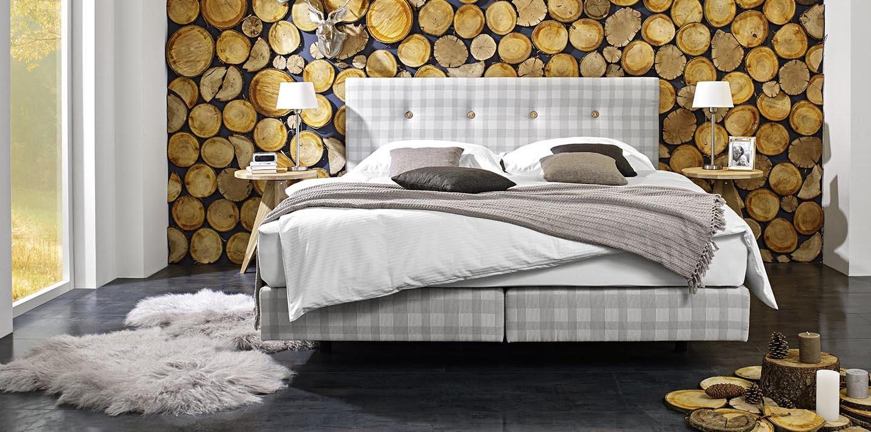 Bett kariert Holzwand